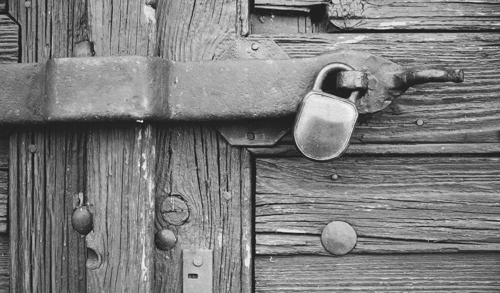 porte fermée avec cadenas